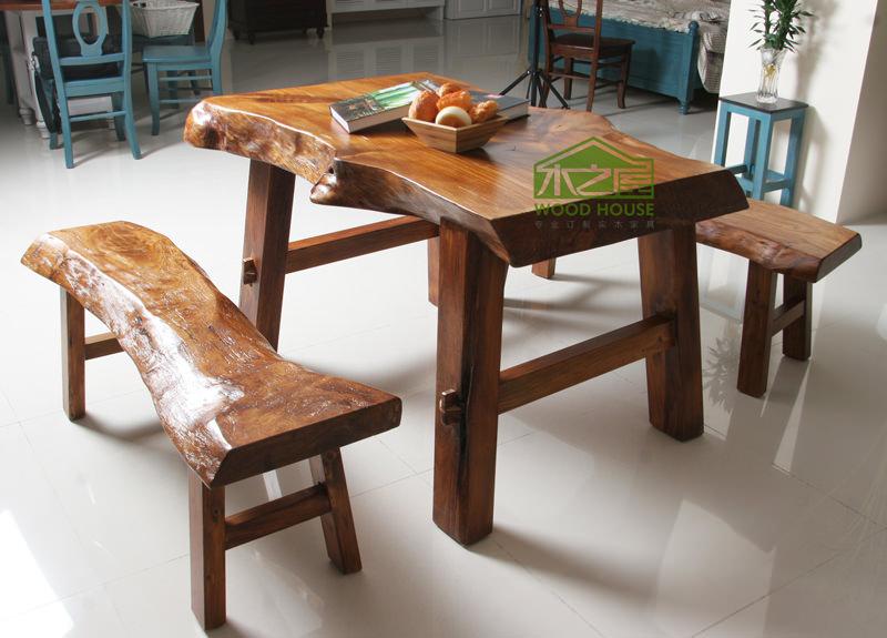 不管是实木家具、非实木家具,中式家具、新古典家具、欧式家具,还是榆木家具等等,卯榫结构的家具有什么优点呢?为什么会受到器重?   大话卯榫结构的概念   卯,即卯眼。木器上安榫头的孔眼。如:卯笋(即卯榫。比喻两部分的连接处);卯眼,或榫眼。榫,竹、木、石制器物或构件上利用凹凸方式相接处凸出的部分。    简单说来,卯榫结构是指木器、石器等器物利用凹凸方式把两个相互独立的器物拼合在一起的结构。一般通过在木配件上挖孔眼,和在另一个配件中做孔眼大小相同或稍大的榫头,然后拼接在一起。卯榫结构是中国从古代的建筑