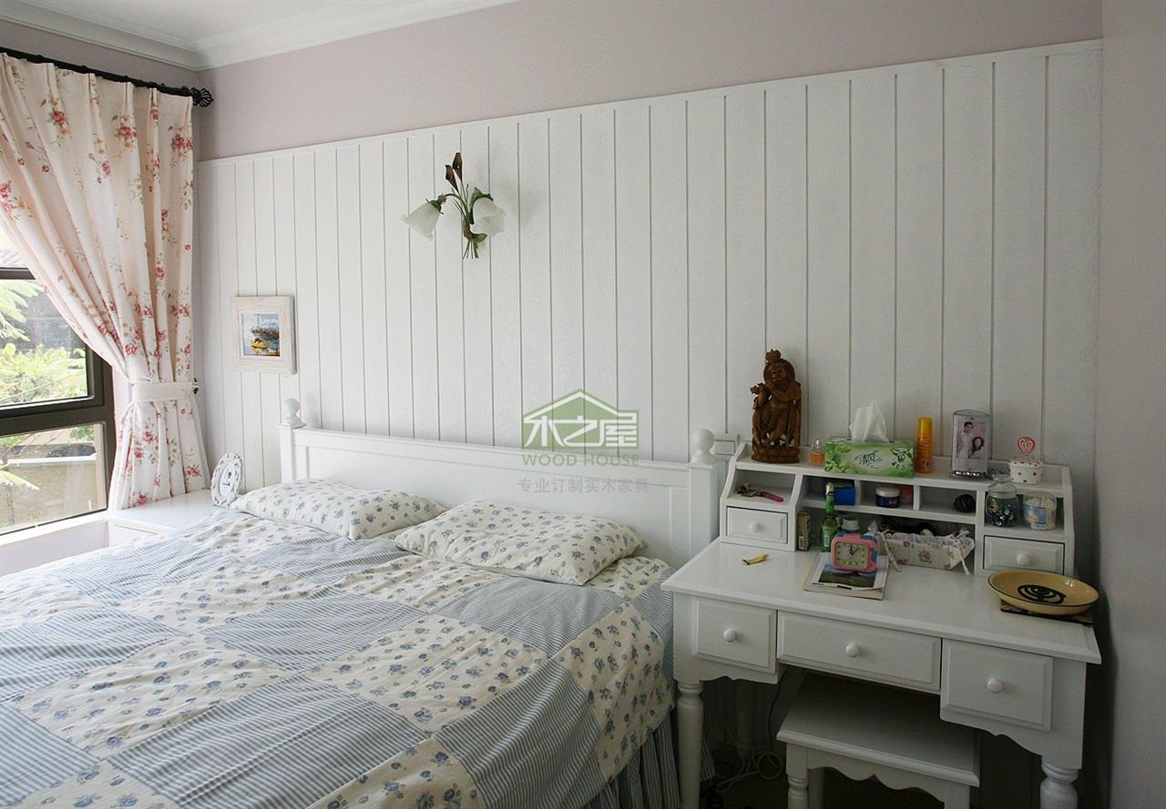 卧室是最具隐私性的房间,它不仅是睡眠休息的地方,亦是共享天伦的场所,因此,卧室装饰设计必须依据主人的性格和兴趣,考虑宁静、稳定或浪漫舒适的情调,创造一个完全属于个人的理想环境。   1.地面   卧室地面宜铺设地板,选择的地板应具备暖和性,一般宜采用中性或暖色调,材料以条形企口拼木地板比较好,如选地毯则效果更佳。   2.