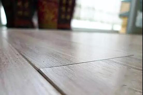 随着人们生活水平的提高,对生活的要求也高了,很多家庭都是选用木地板,因为木地板的好处很多。第一,木地板取自最天然的材料,不用担心放射性元素和甲醛的危害;第二,木地板还有调温的作用,冬暖夏凉,即使寒冷的冬天,在室内也不会感觉到冷冰冰的;第三,木地板弹性比较好,走在上面触觉、脚感、温度都特别舒服,所以现在的人们越来越爱在家铺设木地板了。但是木地板除了价格比较高以外,它的保养要求也是比较高的,那么针对木地板,应该怎么样保养呢?所以目前已越来越多的人选择使用铺贴木地板,但是随之而来也会出现一些比较常见的问题,典型
